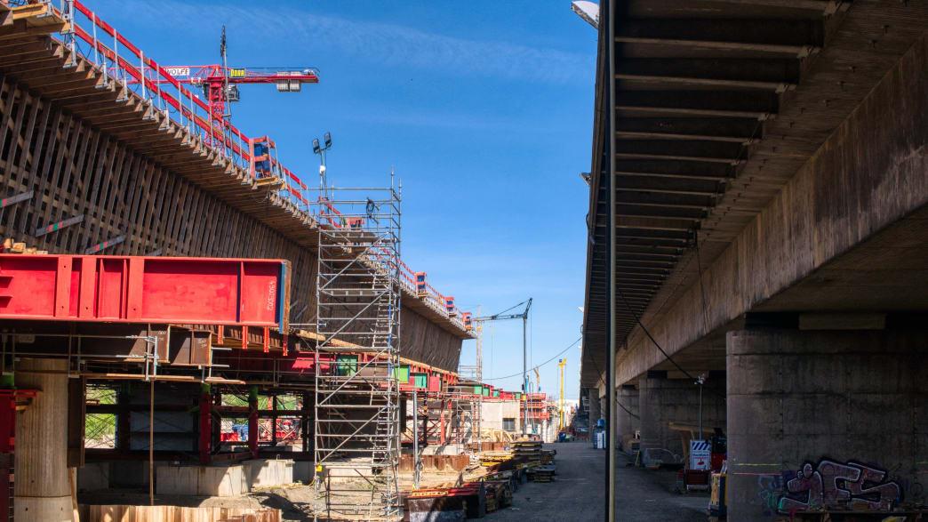 Die neue Leverkusener Brücke (l.) wird direkt nördlich der alten Brücke (r.) gebaut