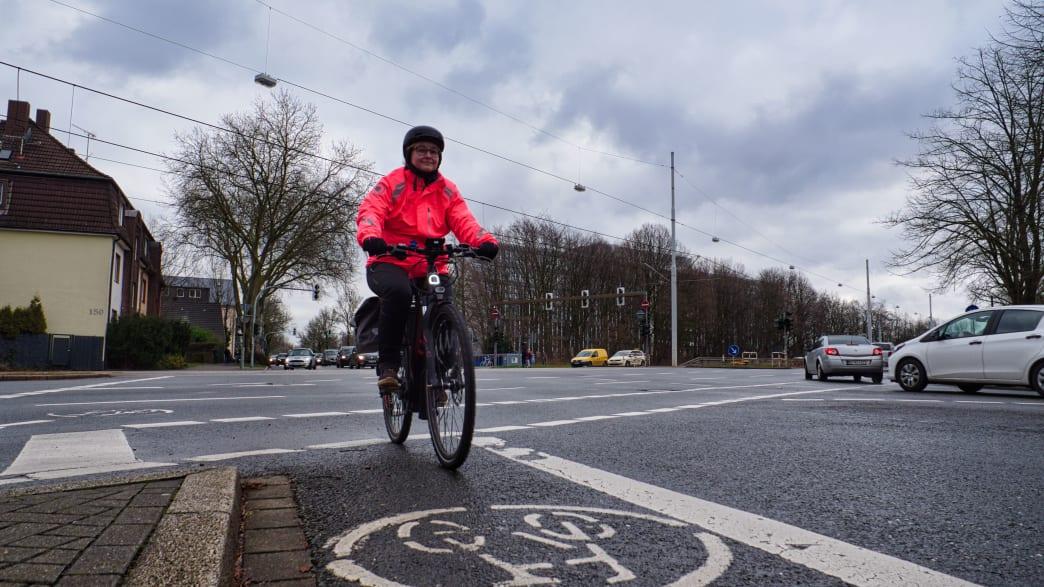 Radfahrerin Anke Preuss auf ihrem Heimweg von Bochum nach Essen