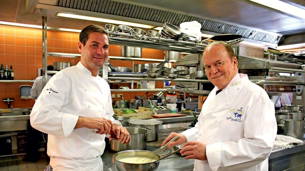 Michelin Sternekoch Heinz Winkler in seiner Küche.
