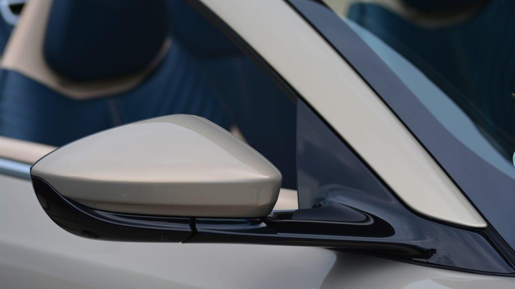 Detail des Außenspiegels des Aston Martin DB11 Volante