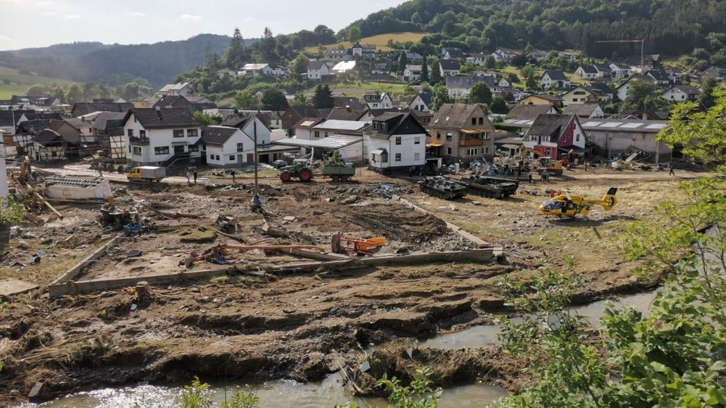 Zerstörung nach Flutkatastrophe, Panzer und Helikopter stehen im Katastrophengebiet