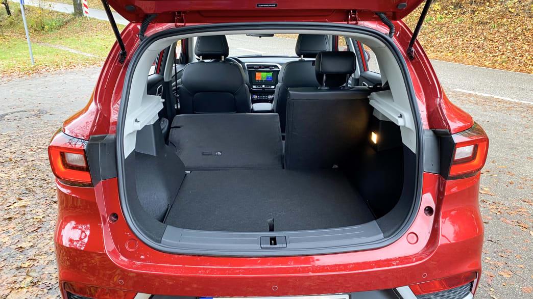 Kofferraum eines MG ZS EV mit umgeklappter Rückbank