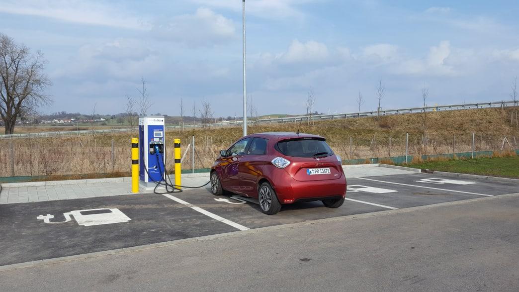 roter Renault Zoe steht an einer Ladesäule
