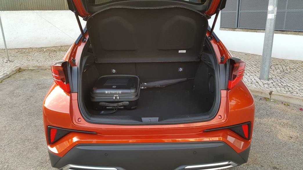 Blick in den geöffneten Kofferraum des Toyota C-HR