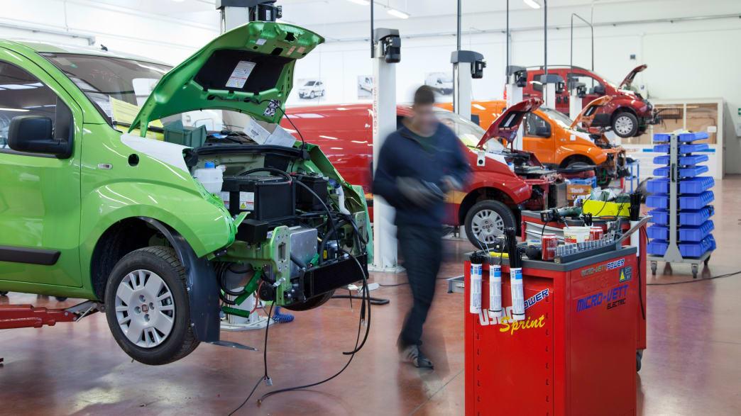 Mechaniker in der Produktionswerkstatt des umgebauten Karabag 500 E