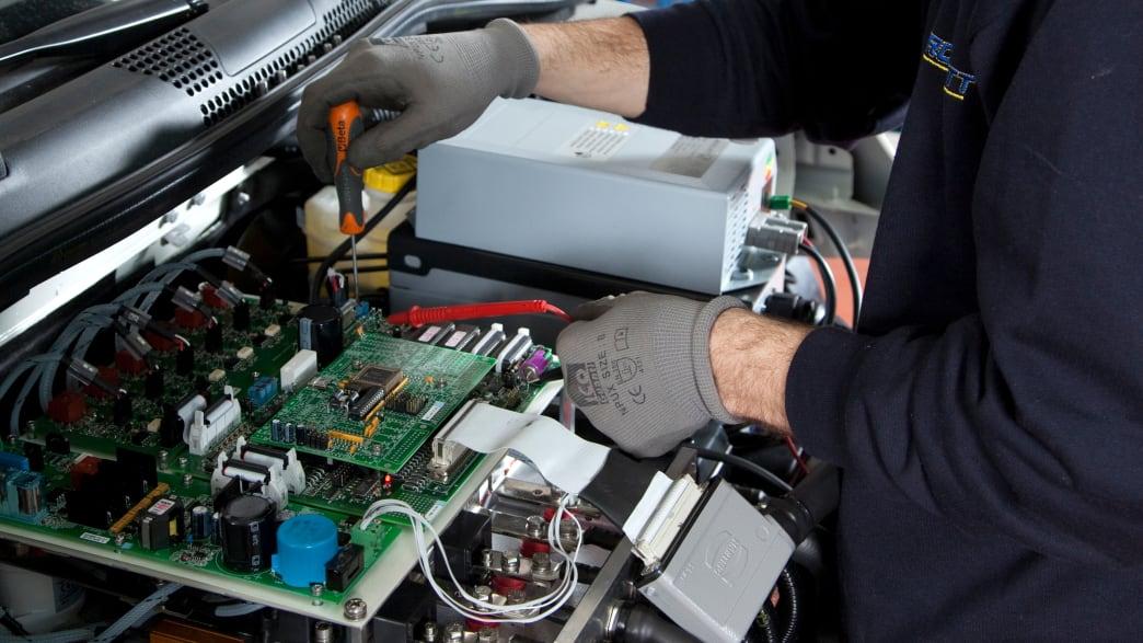 Mechaniker baut am Motor des Karabag 500 E