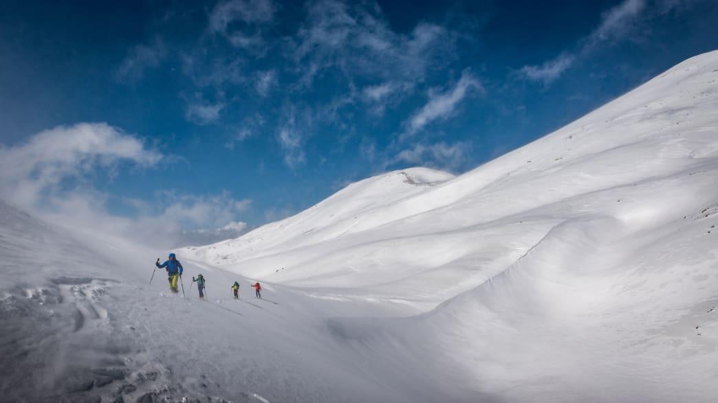 Gruppe von Freunden macht eine Skitour auf Kreta