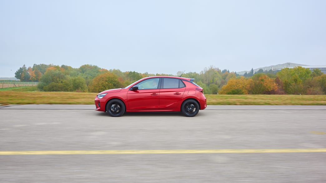 Opel Corsa fahrend von der Seite