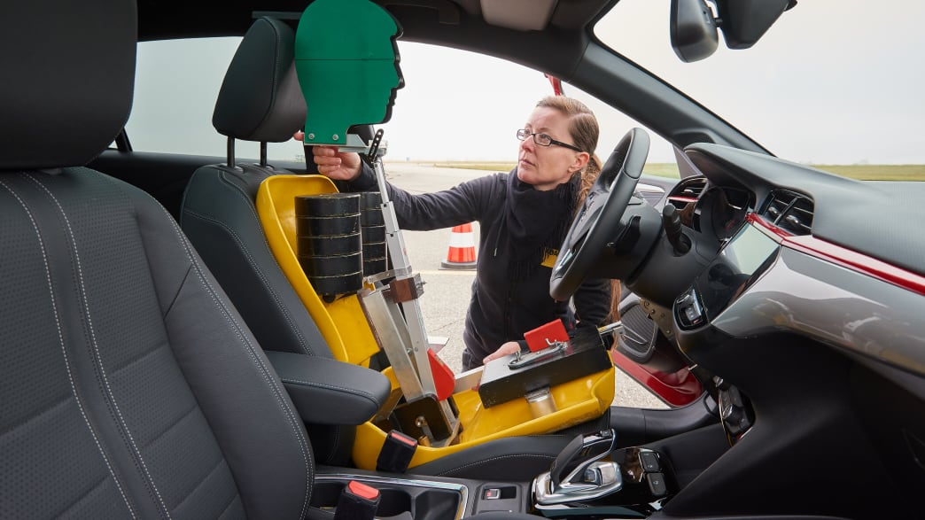 Opel Corsa wird mit Sitzdummy gestestet
