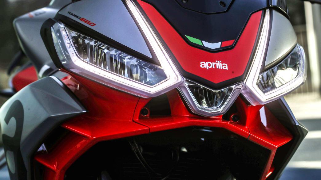 Detail der Scheinwerfer der Aprilia Tuono 660