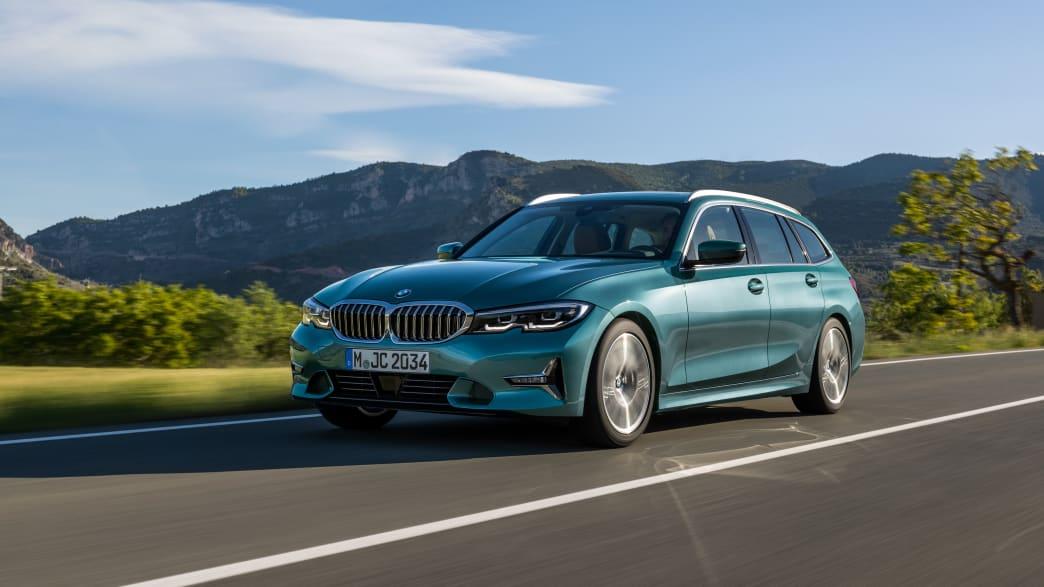 Der BMW 3er Touring von schräg vorne fährt auf einer Landstrasse