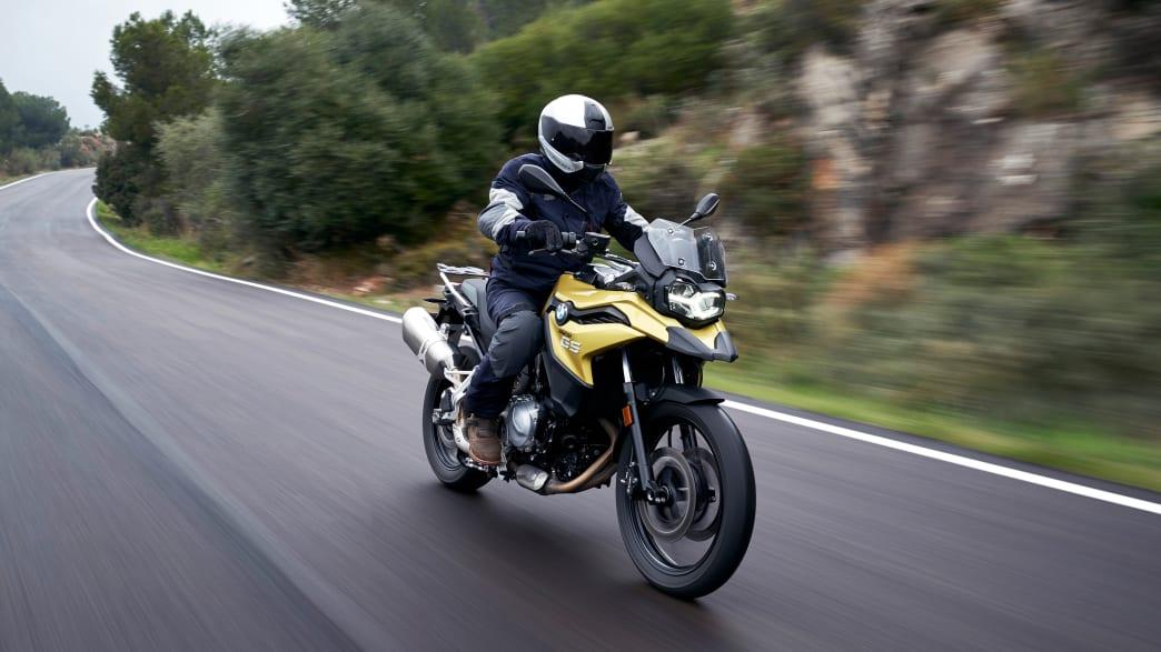 das BMW F750 GS Motorrad bei der Fahrt auf einer Strasse
