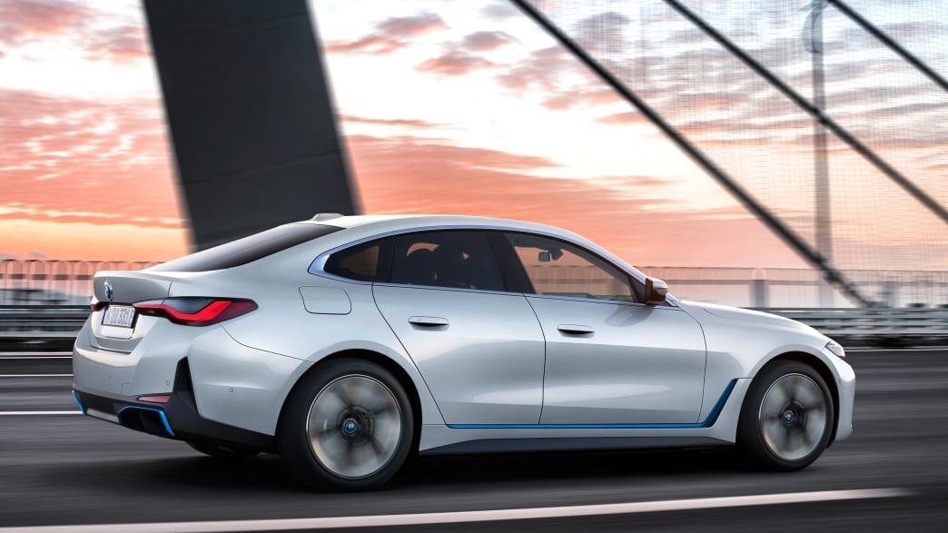Seitenansicht eines fahrenden BMW i4
