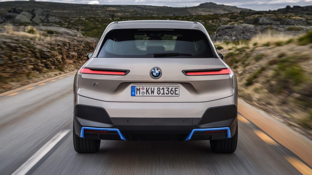 Heckansicht des fahrenden BMW iX