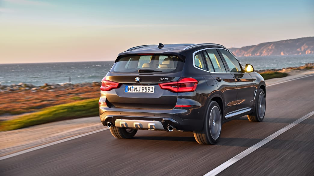 fahrendes BMW X3 Model von 2017 von hinten