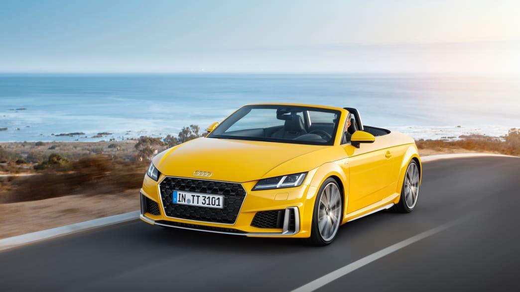 gelbes Audi TT Roadster Cabriolet mit offenem Verdeck