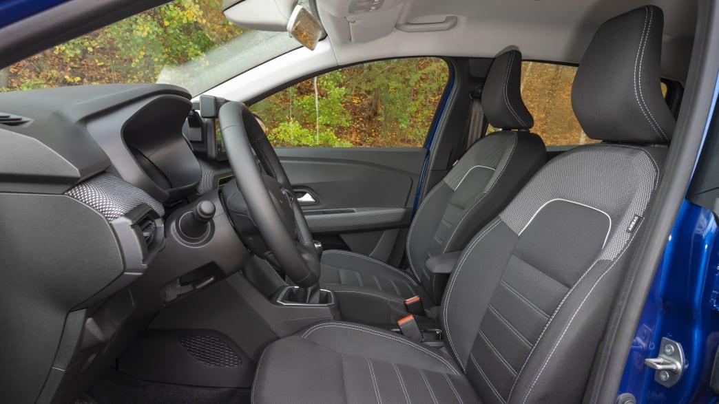Die Vorderlitze und das Lenkrad mit Amaturenbrett vom Dacia Sandero