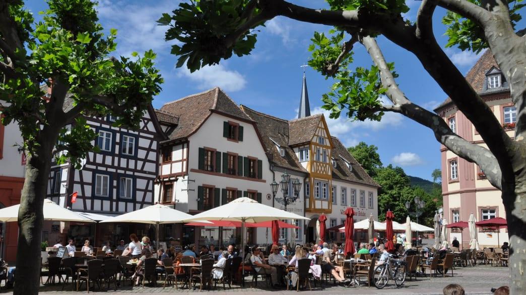 Blick auf den belebten Marktplatz in Neustadt an der Weinstraße