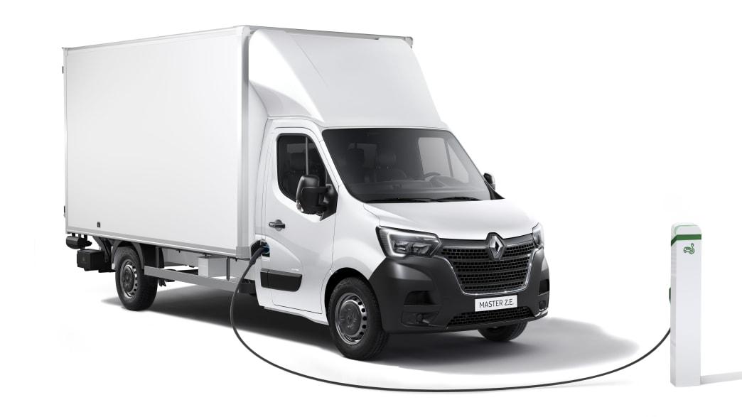 Der Elektrotransporter Z.E. von Renault an der Ladesäule