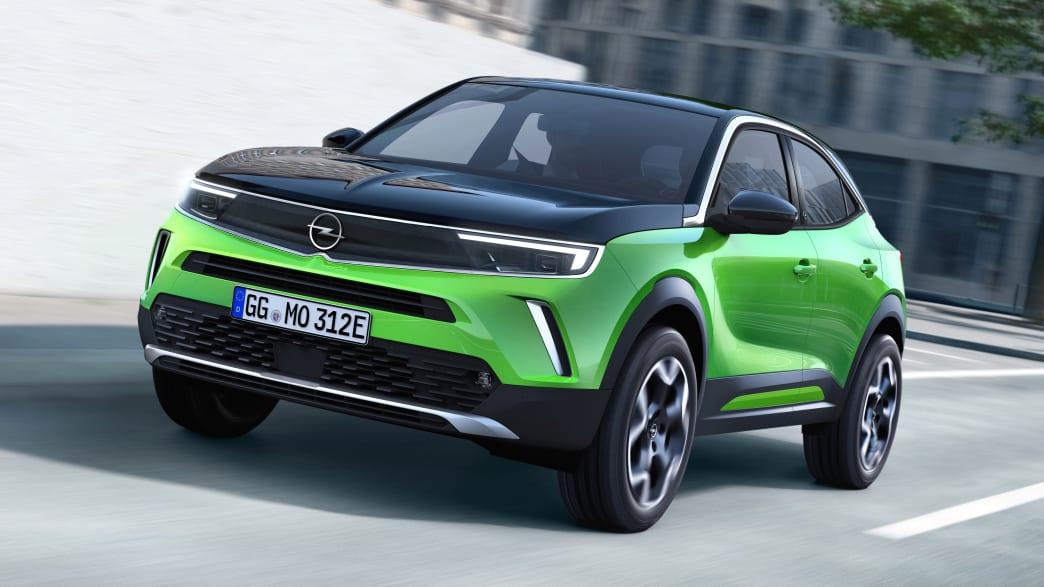 Opel Mokka-e fahrend auf einer Straße