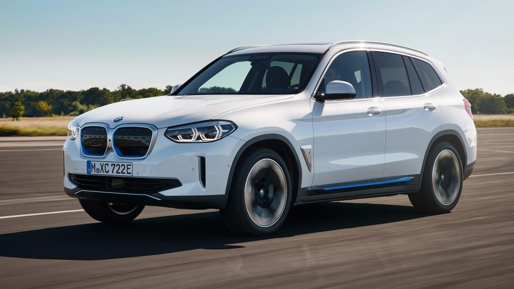 BMW IX3 fahrend auf einer Straße