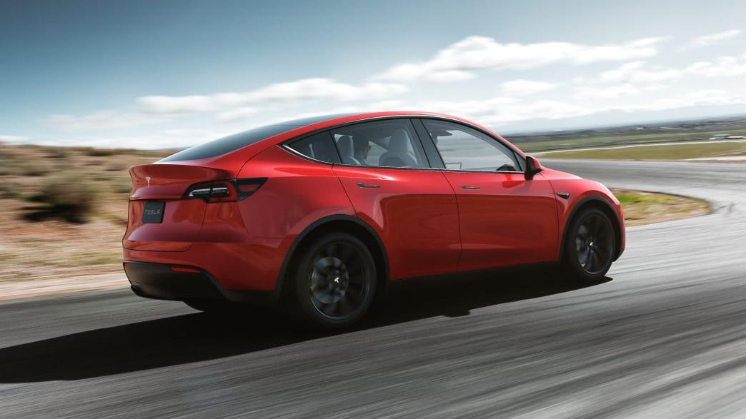 Tesla Model Y fahrend auf einer Straße