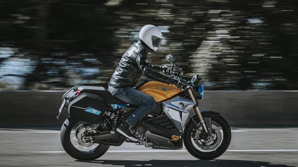 Motorradfahrer fährt mit Energica Eva EsseEsse9 auf der Straße