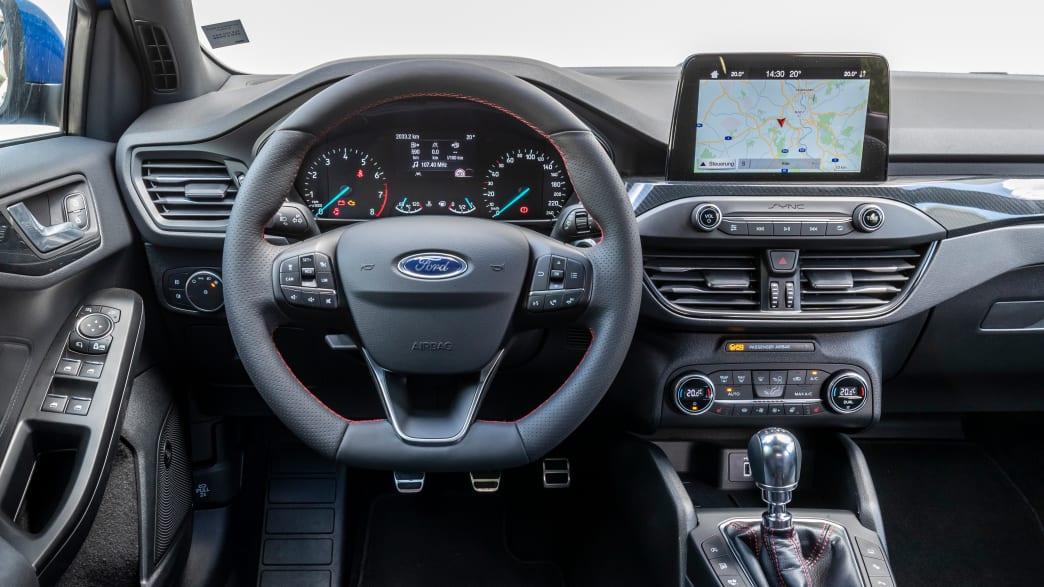 Cockpit eines Ford Focus