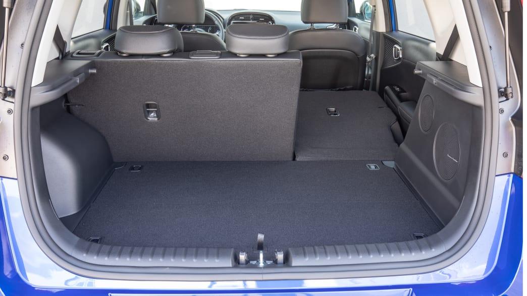 Kofferraum eines blauen Kia E-Soul