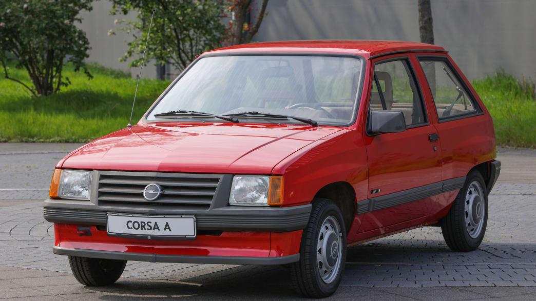 Roter Opel Corsa A von 1982 steht auf Parkplatz