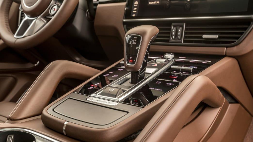 Schalthebel im Cockpit eines Porsche Cayenne E-Hybrid