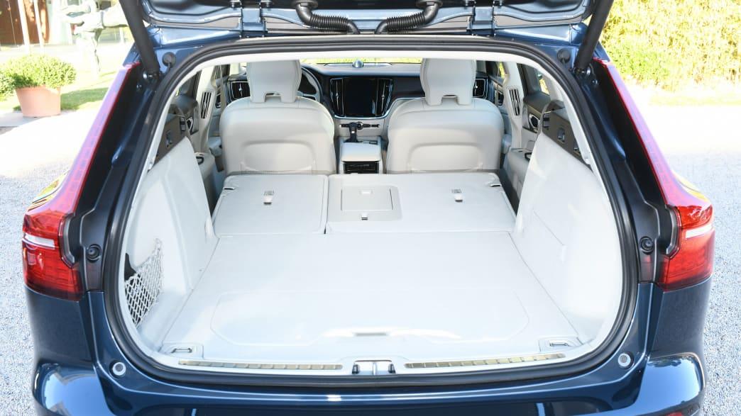Kofferraum eines Volvo V60 mit umgeklappter Rückbank