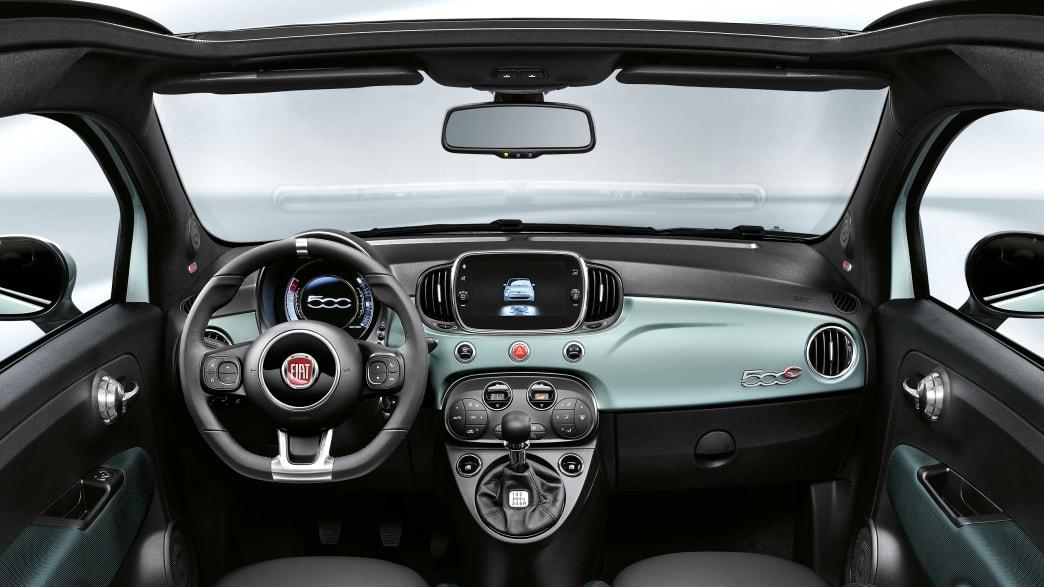 Das Cockpit eines Fiat 500 Hybrid