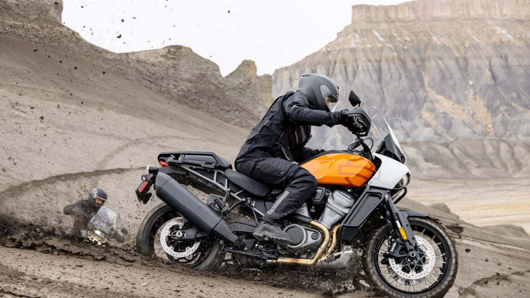 Motorradfahrer auf einer Harley-Davidson Pan America in der Wüste