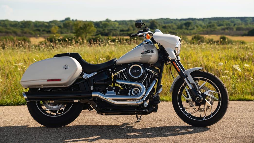 Eine Harley Davidson Sport Glide in der Seitenansicht
