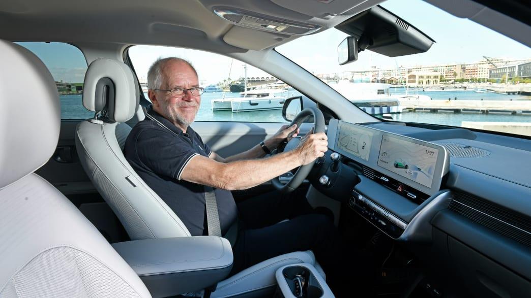 ADAC Redakteur Wolfgang Rudschies am Steuer des Hyundai Ioniq 5