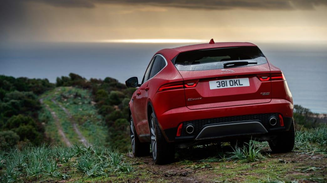 Roter Jaguar E-Pace faehrt durch Gelaende