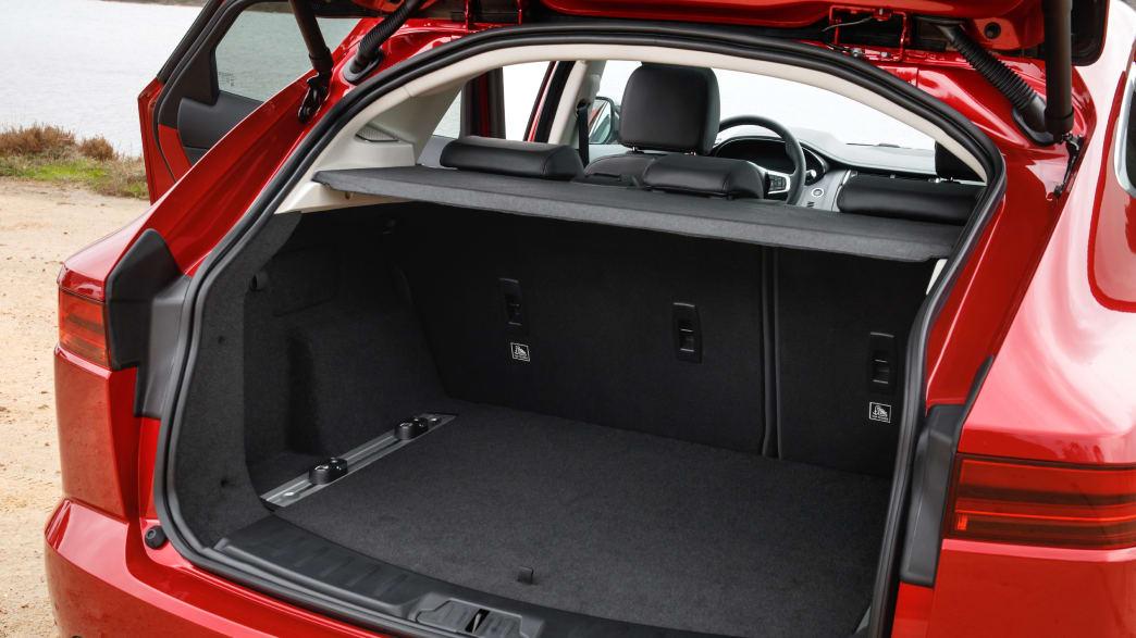 Kofferraum eines roten Jaguar E-Pace