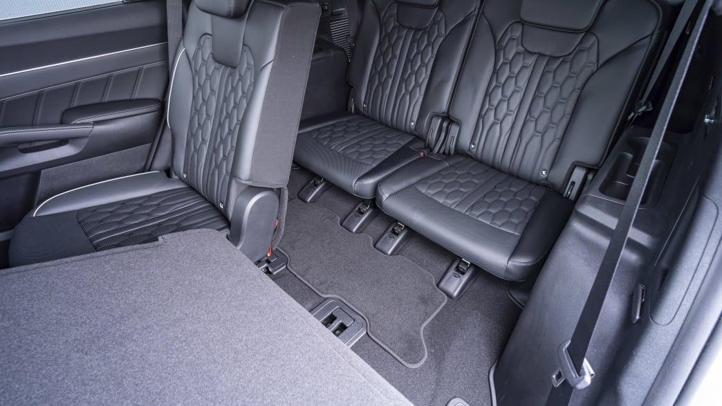 Blick auf die teilweise umgelegte mittlere Rücksitzbank des Kia Sorento