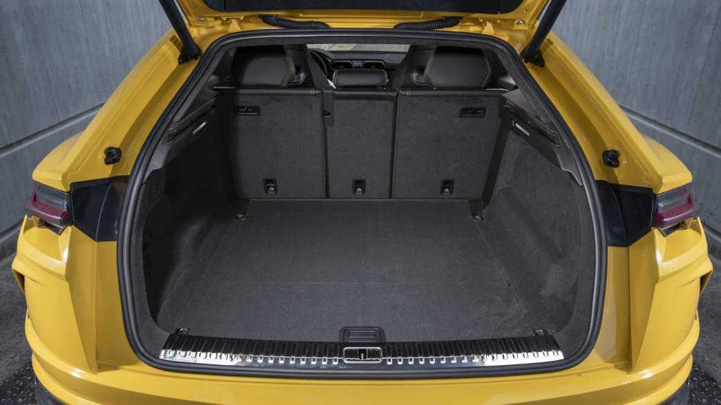 Der geöffnete Kofferraum eines Lamborghini Urus