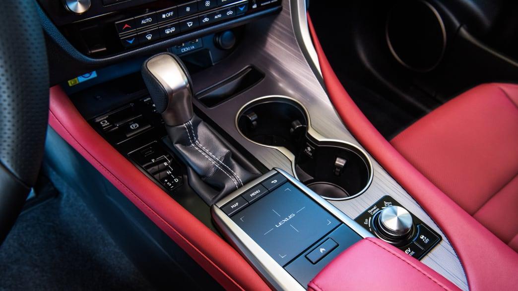Die Mittelkonsole eines Lexus RX 450h