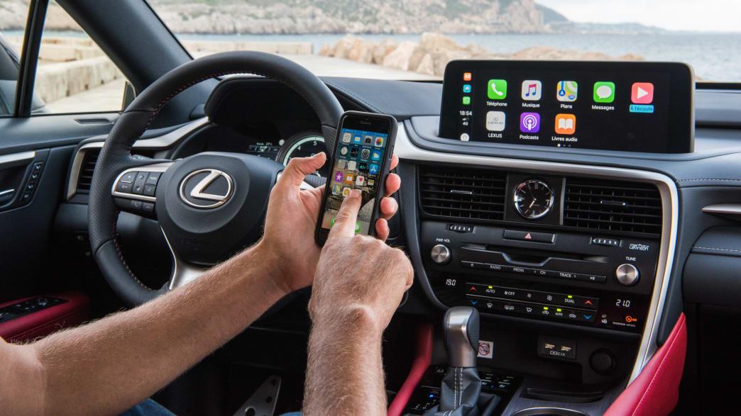 Ein Lexus RX 450h wird mit einem Smartphone bedient