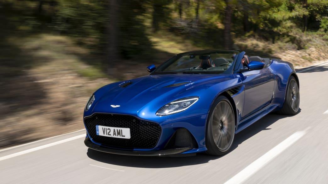 Frontansicht eines fahrenden Aston Martin DB S Volante