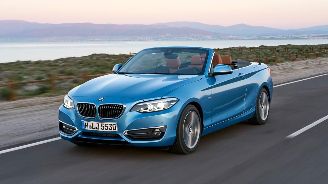 Frontansicht eines fahrenden BMW 2er Cabrio