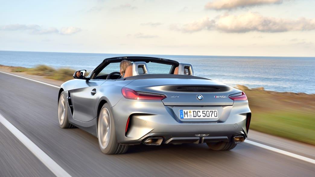 Heckansicht eines fahrenden BMW Z4