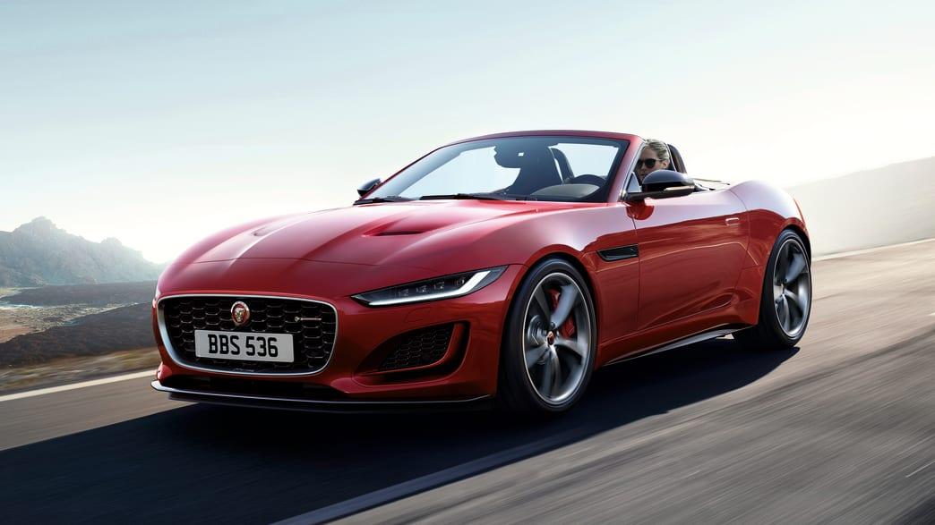 Front- und Seitenansicht eines fahrenden Jaguar F-Type