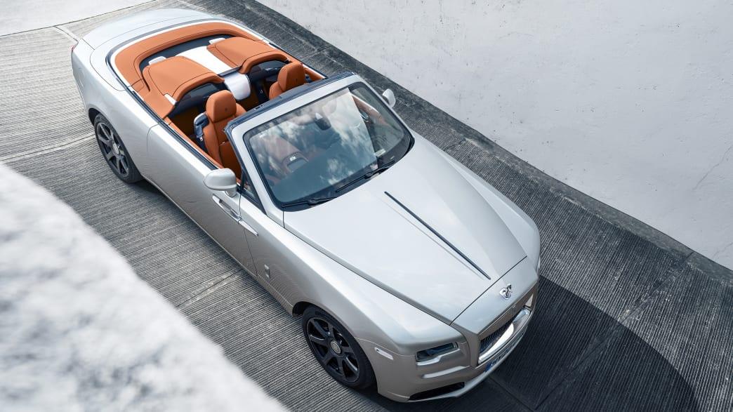 Draufsicht auf einen stehenden Rolls Royce Dawn