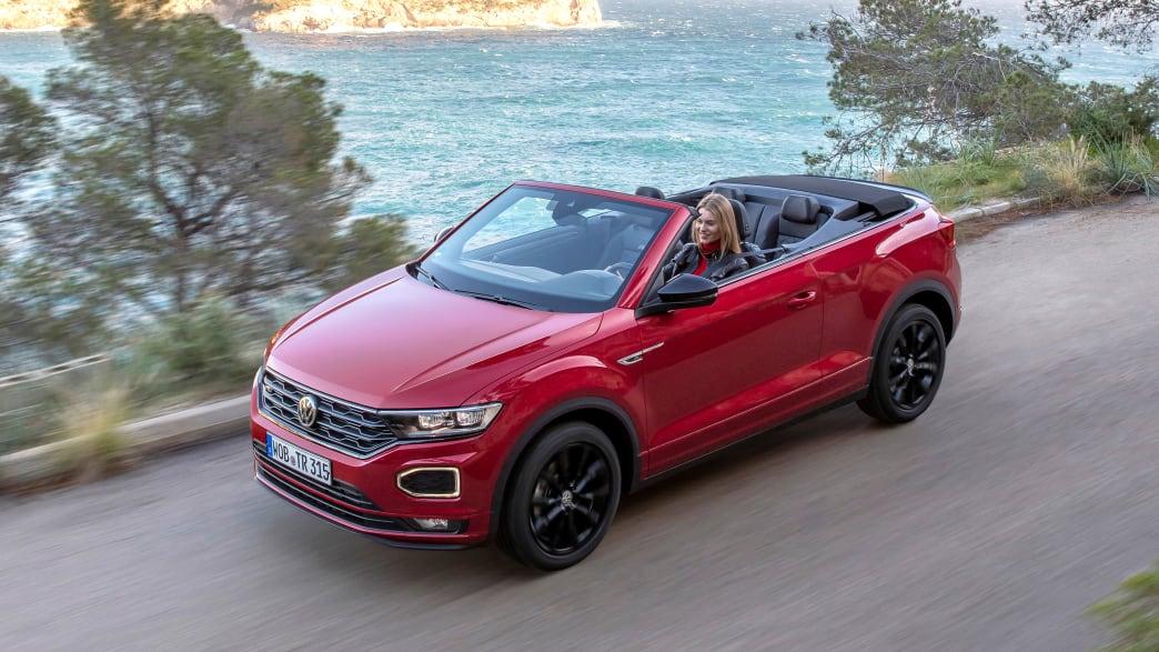 Front- und Seitenansicht eines fahrenden VW T-Roc Cabrios