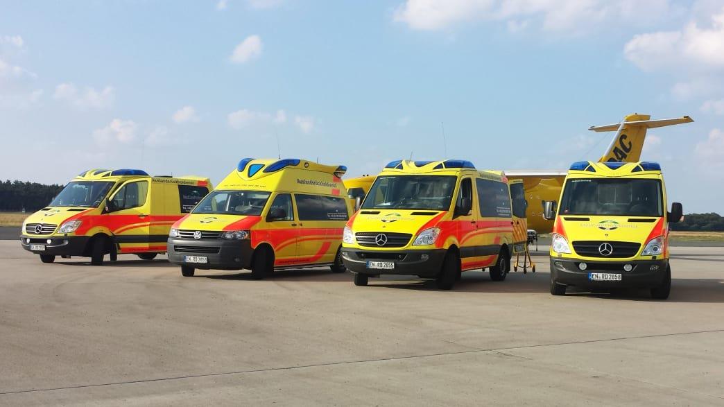 Rettungswägen und Flugzeug des Medcar Ambulanz Service