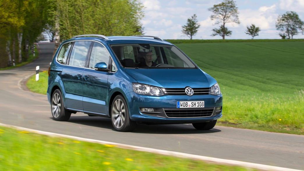 Blauer VW Sharan Minivan fährt auf Landstrasse